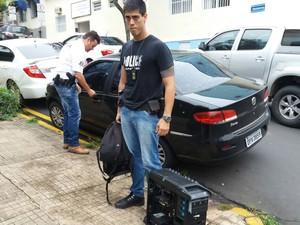 Policial chega à delegacia com equipamentos apreendidos com suspeito de pedofilia em Piracicaba (Foto: Valter Martins/Piracicaba em Alerta)