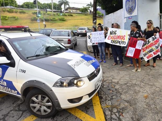 Carros da polícia são impedidos de sair de batalhão (Foto: Bernardo Coutinho / A Gazeta)