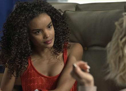 Patrícia se irrita com Soraya e a dispensa de seu consultório