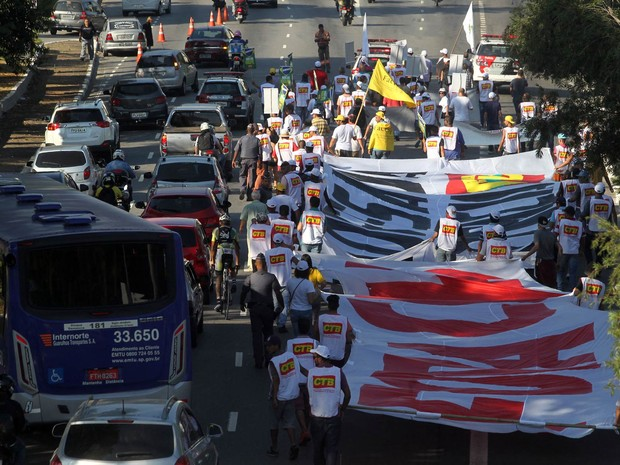 Manifestantes que protestam contra o impeachment da presidente Dilma Rousseff caminham em direção ao Centro de São Paulo, na Avenida Tiradentes. Os manifestantes estenderam uma faixa com a inscrição 'Fora Cunha' (Foto: Felipe Rau/Estadão Conteúdo)