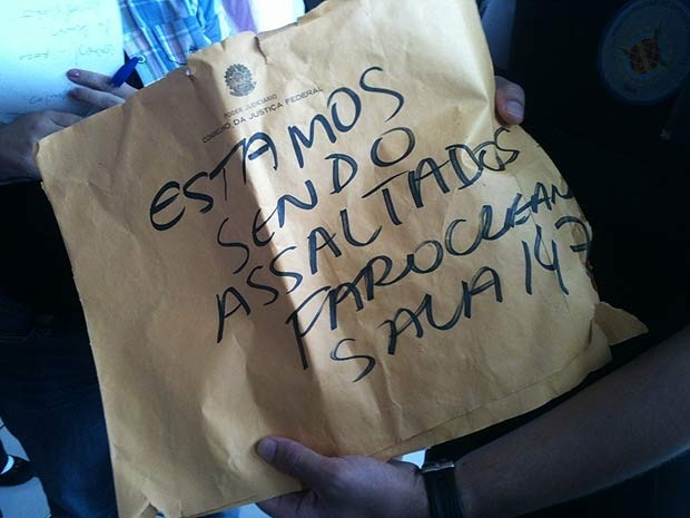 Um funcionário da empresa pediu socorro escrevendo um bilhete em um envelope de papel pardo (Foto: Raquel Morais / G1)