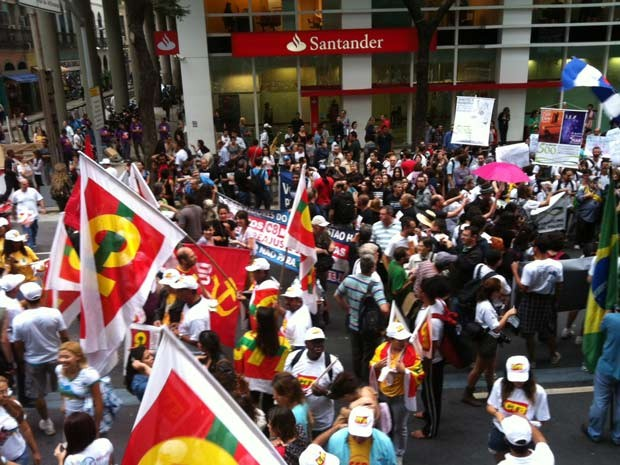 Mnaifestação na Avenida Rio Branco (Foto: Rodrigo Gorosito/G1)