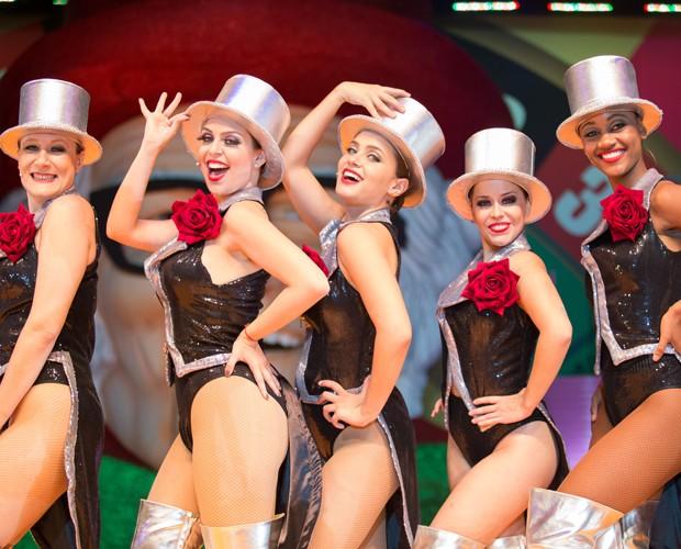 Livia vive chacrete no teatro. Na foto, ela é a segunda da esquerda para a direita (Foto: Arquivo Pessoal)