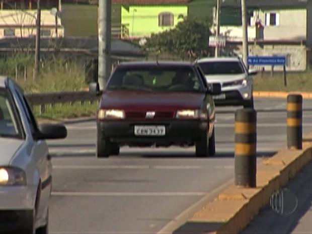 Lei do farol baixo já multou 98 motoristas no Alto Tietê (Foto: Reprodução/ TV Diário)