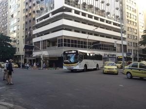Pela esquina das ruas Francisco Sá com Nossa Senhora de Copacabana, onde a idosa foi atropelada, passam a maioria dos ônibus que circulam pelo bairro (Foto: Lívia Torres/G1)