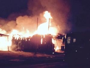 Incêndio destrói galpão de fábrica de estofados, em Buritis, RO (Foto: Buritis News/Reprodução)