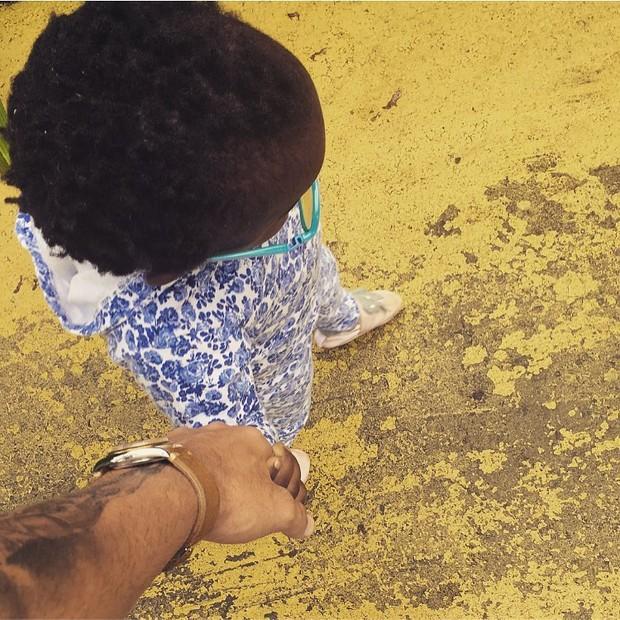 Bruno Gagliasso de mãos com a filha, Titi (Foto: Reprodução/Instagram)
