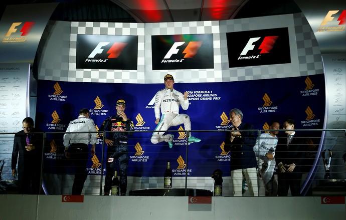 Nico Rosberg, entre Daniel Ricciardo e Lewis Hamilton no pódio do GP de Cingapura (Foto: Reuters)