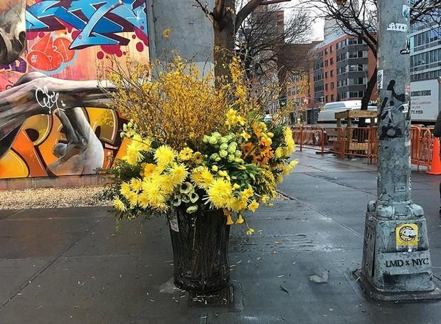 designer-de-flores-cria-buque-de-flores-em-latas-de-lixo-nova-york-1 (Foto: Divulgação/Lewis Miller Design)