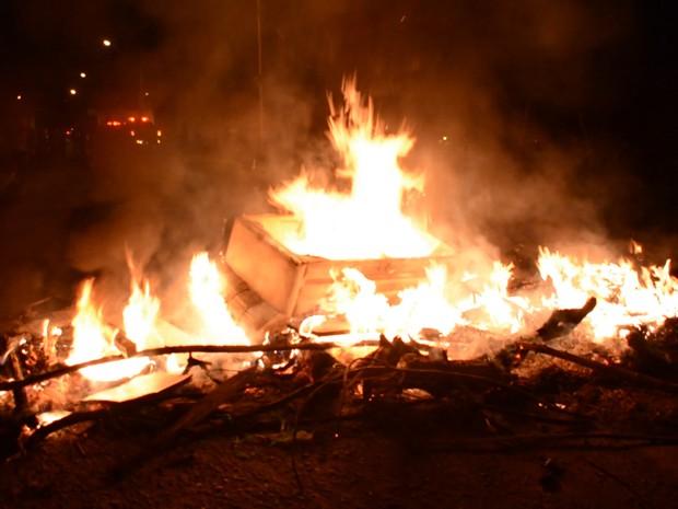 Manifestantes interromperam o trânsito com fogo (Foto: Walter Paparazzo/G1)