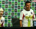 Jogador do Colo Colo vira 'múmia' em punição amigável após reclamação