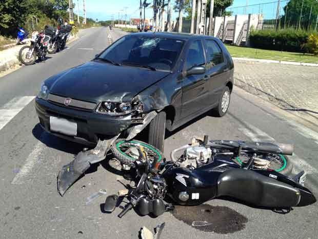 Motocicleta e carro batem no bairro Altiplano em João Pessoa, Paraíba (Foto: Walter Paparazzo/G1)