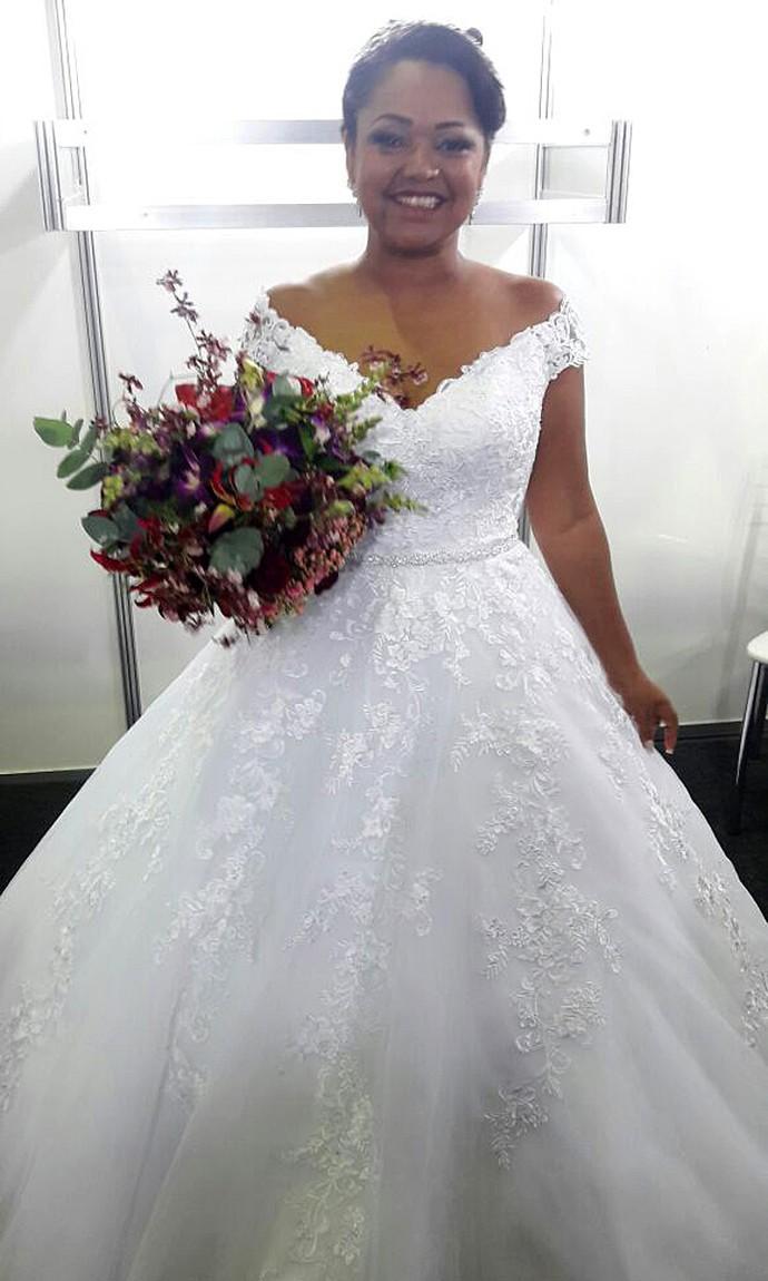 Elis mostra o vestido escolhido para se casar com Luiz Carlos (Foto: Larissa Moggi/Gshow)