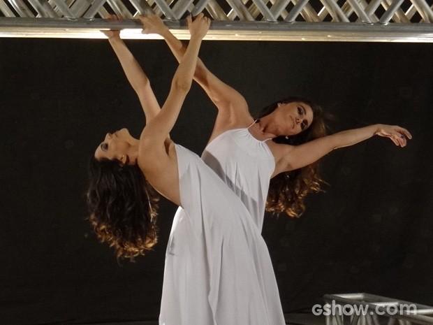 Clara e Marina se divertem durante o ensaio (Foto: Em Família/TV Globo)