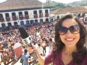 Ana Carolina Ferreira cobre a passagem da Tocha pela cidade de Serro (Foto: Ana Carolina/Inter TV Grande Minas)
