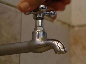 Falta de água no espírito santo, torneira (Foto: Reprodução/TV Gazeta)