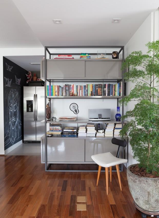 sala-vaso-rodizio-rodinhas-suporte-estante-cozinha-parede-lousa-piso-madeira-alexandre-skaff-sao-arquitetura-apartamento.jpg (Foto: Lufe Gomes/Editora Globo)