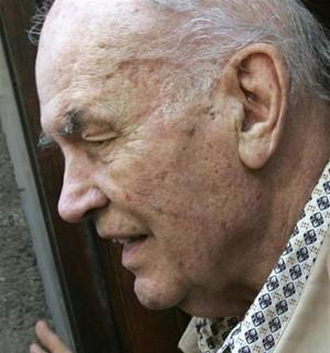 Ex-capitão nazista Erich Priebke ao deixar o escritório de seu advogado, em Roma. Autoridades querem impedir seu funeral na capital. Criminoso morreu na sexta-feira (11), aos 100 anos.  (Foto: Dario Pignatelli/Reuters)