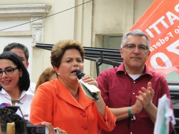 Dilma discursou para eleitores em Santos (Foto: Mariane Rossi/G1)