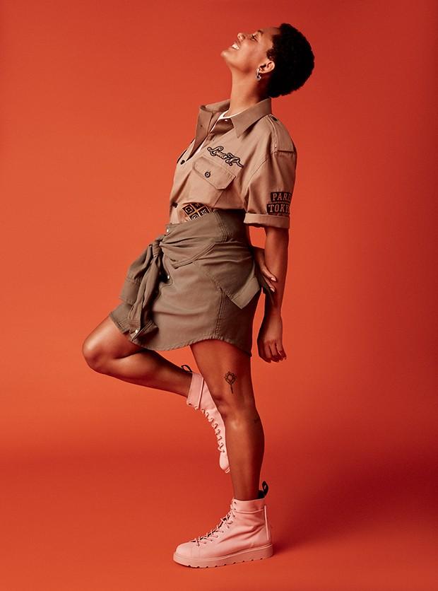 Camisa, R$ 3.300, Louis Vuitton;  top, R$ 66, Forever 21; saia,  R$ 898, Rosa Chá. Brincos,  R$ 500, Céline no Frou Frou  Vintage; botas, R$ 428, Fiever (Foto: .)