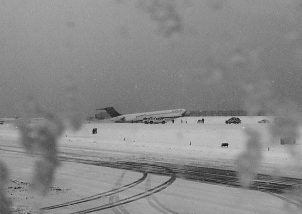 Avião da Delta derrapou na neve e bateu em cerca após pouso no aeroporto de LaGuardia, em NY, nesta quinta-feira (5); ninguém ficou ferido (Foto: Reprodução/Instagram/kristinagrossmann)
