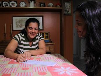 Jussiane treina vocabulário com Marina (Foto: Mariana Frazão/ TV Globo)