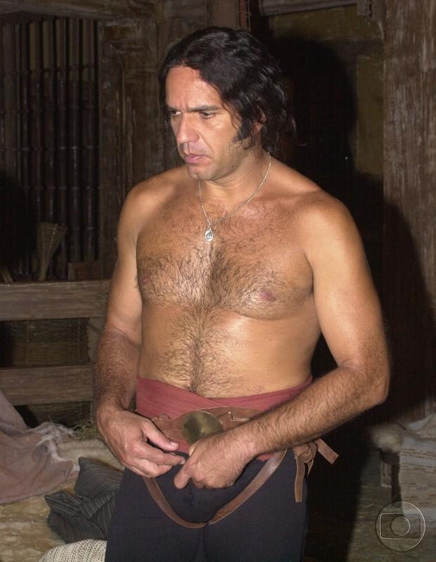 Humberto Martins descamisado na minissérie O Quinto dos Infernos (Foto: CEDOC)