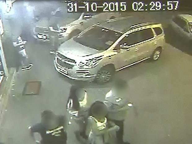 Câmeras de segurança de padaria mostram vítimas de acidente com copos na mão (Foto: Reprodução)