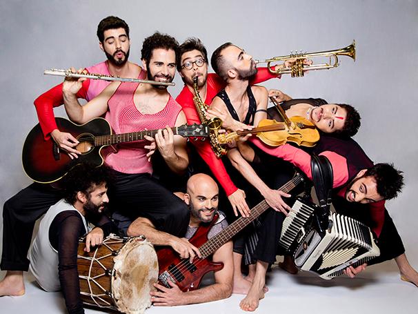 Integrantes da companhia preparados para a peça 'Auê' (Foto: Silvia Marques)