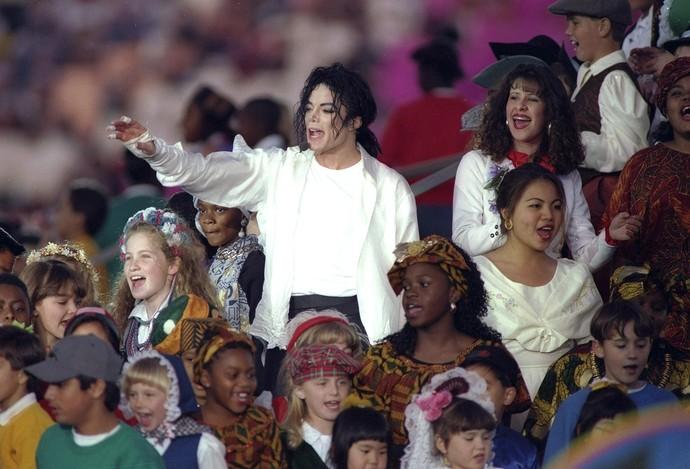 Michael Jackson cantando com crianças superbowl 1993 (Foto: Rick Stewart / Getty Images)