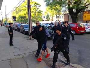 Presos são levados para a delegacia (Foto: Josmar Leite/RBS TV)