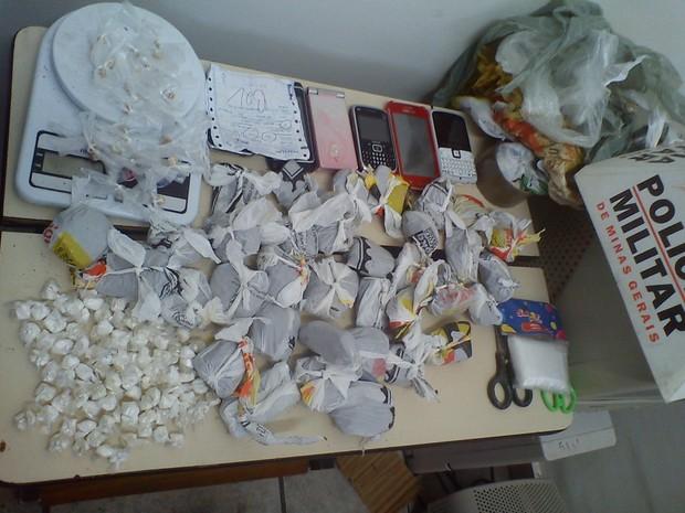 Drogas e aparelhos telefônicos apreendidos pela PM (Foto: Assessoria Polícia Militar)