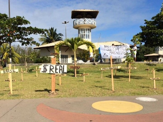 Cruzes foram utilizadas durante abertura de protesto (Foto: Tassio Andrade/G1)