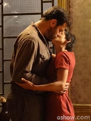 Toni e Gaia se beijam (Foto: Joia Rara/TV Globo)