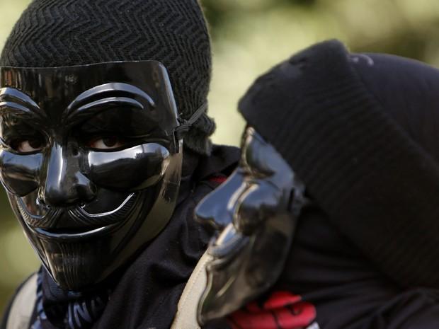 Manifestantes mascarados bloqueiam os trilhos de bonde em Alexandria, no Egito. Manifestantes se reuniram para comemorar o segundo aniversário da revolução na cidade em 25 de janeiro. (Foto: Asmaa Waguih/Reuters)