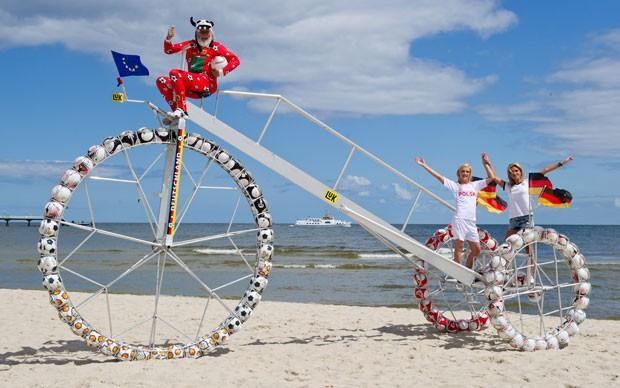 Dieter Senft exibe triciclo que conta com 100 bolas. (Foto: Stefan Sauer/AFP)