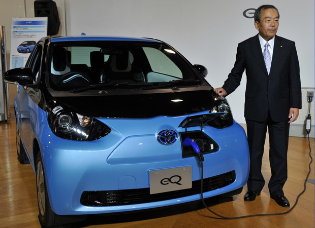 Takeshi Uchiyamada, vice-presidente da Toyota, mostra o eQ (Foto: AFP PHOTO / Yoshikazu TSUNO)