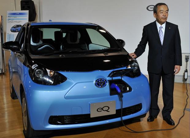 Takeshi Uchiyamada, vice-presidente da Toyota, mostra o eQ (Foto: AFP PHOTO / Yoshikazu TSUNO)