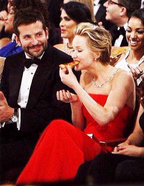 Jennifer Lawrence comendo pizza no Oscar 2014 (Foto: Reprodução)