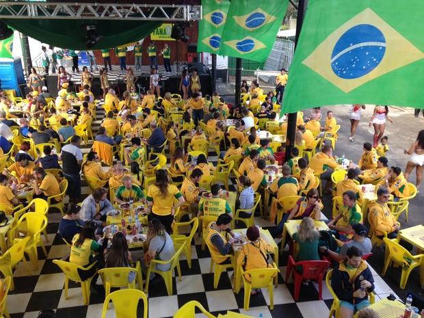 Australianos comem churrasco ao som do samba brasileiro em Porto Alegre (Foto: Igor Grossmann/G1)