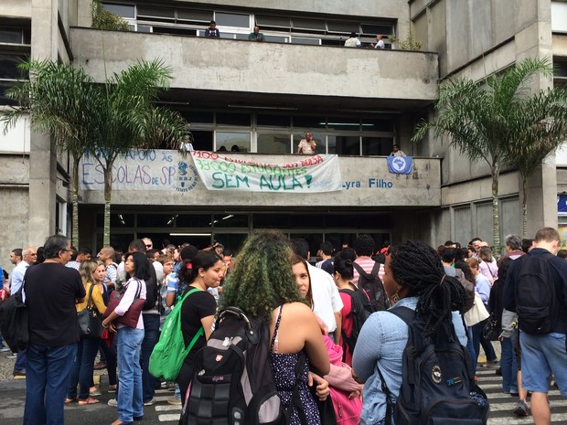 Estudantes protestam em frente a Uerj (Foto: Marcelo Elizardo/G1)