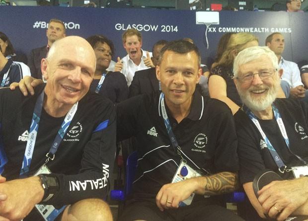 O príncipe Harry invadiu uma selfie feita por integrantes de uma delegação da Nova Zelândia em jogos no Reino Unido (Foto: Reprodução/Facebook/ Trevor Shailer)