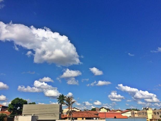 Céu entre nuvens na região central de Campo Grande, na tarde desta sexta-feira (23) (Foto: Maria Caroline Palieraqui/G1 MS)