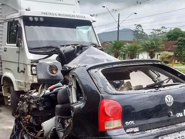 Caminhão e Gol bateram de frente em Timbó (Foto: PMRv/Divulgação)