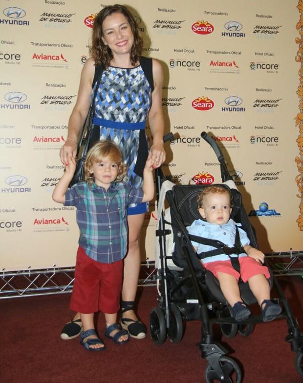 Regiane Alve e os filhos (Foto: Fabio Moreno/AgNews)