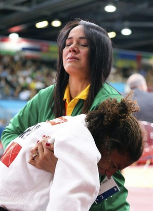 A treinadora Rosicl&#233;ia Campos consola a judoca Rafaela Silva ap&#243;s derrota (Foto: EFE/SRDJAN SUKI)