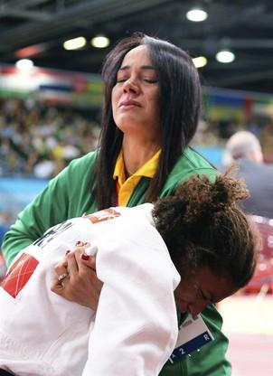 A treinadora Rosicléia Campos consola a judoca Rafaela Silva após derrota (Foto: EFE/SRDJAN SUKI)