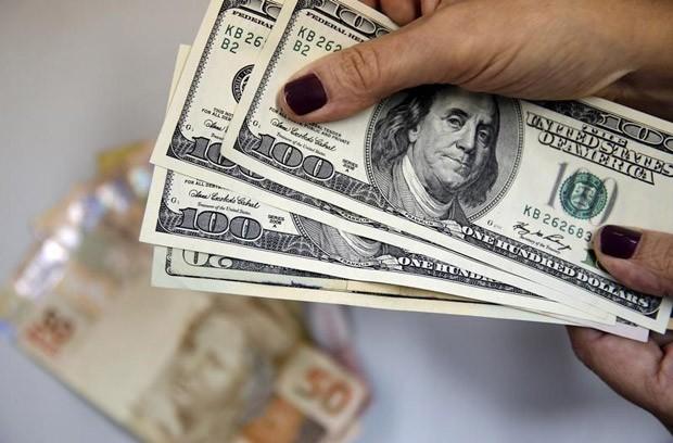 Notas de dinheiro, dólar e real, câmbio (Foto: Sergio Moraes/Reuters)