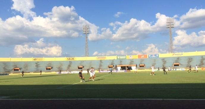 Lance entre Ubiratan e Águia Negra no Douradão (Foto: Camila Jovê/TV Morena)