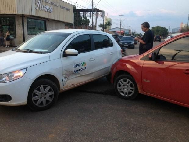 Acidente envolvendo um carro oficial na tarde desta segunda-feira em Porto Velho (Foto: Ivanete Damasceno/G1)